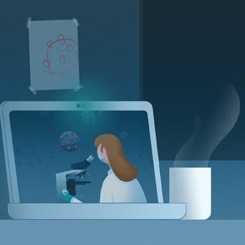 Illustrasjon av hjemmekontor der laptopen har en videokonferanse åpen med en forsker som studerer virus i mikroskop. En barnetegning av viruset henger på veggen. En kaffekopp står ved siden av laptopen.